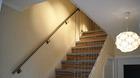 Handlauf aus Edelstahl montiert an der Treppe