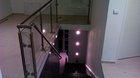 Glasgeländer mit Edelstahlpfosten | aufgeschraubte Montage an der Treppe