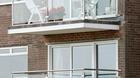 Balkongeländer mit Klarglas an einem Mehrfamilienhaus