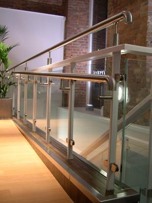 Edelstahl Glas Pfosten Gelander Mit Klarglas Zur Seitlichen Montage